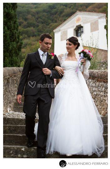 Sposi scendono dopo cerimonia