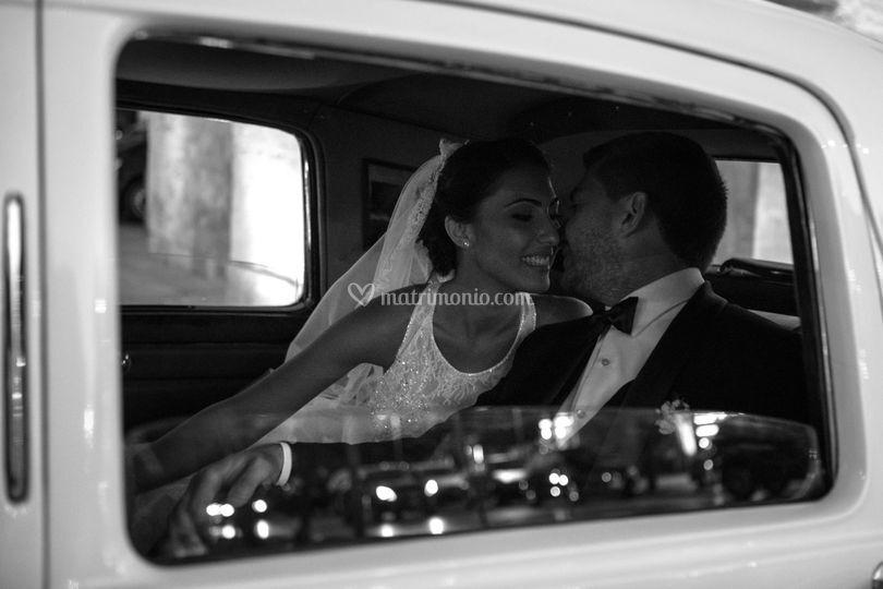 Un bacio nell'auto