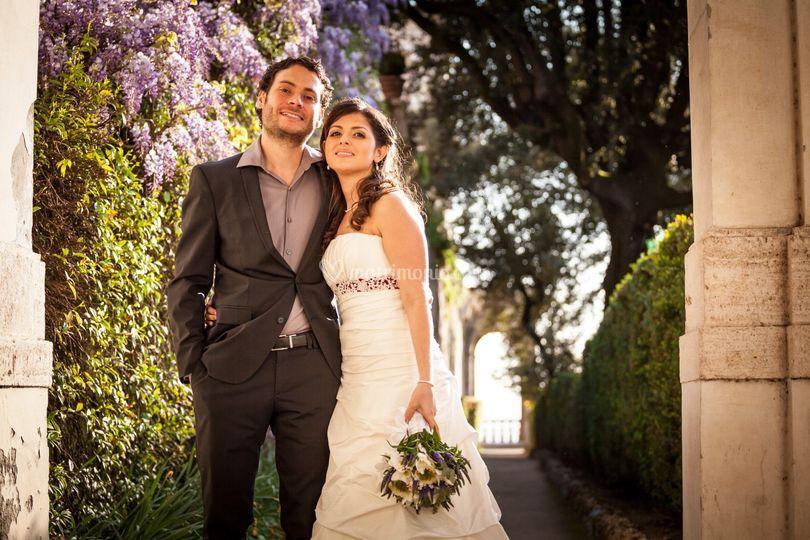 Sposi in posa con glicine