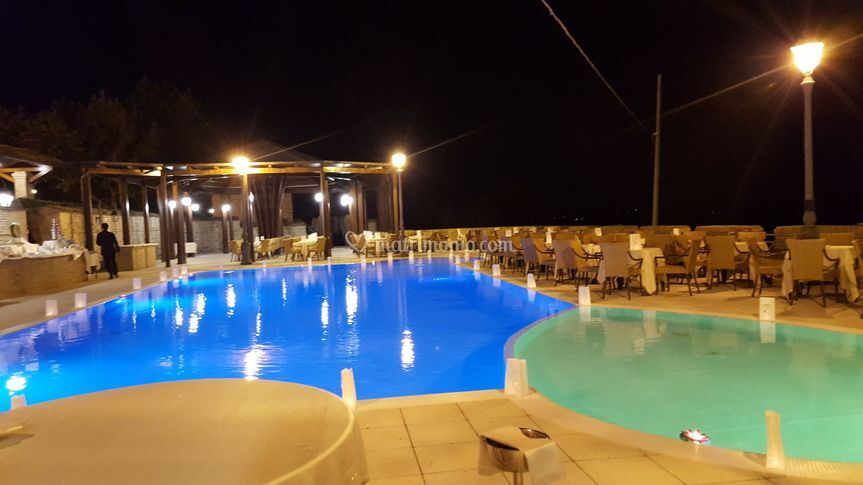 Lanterne con cuori in piscina