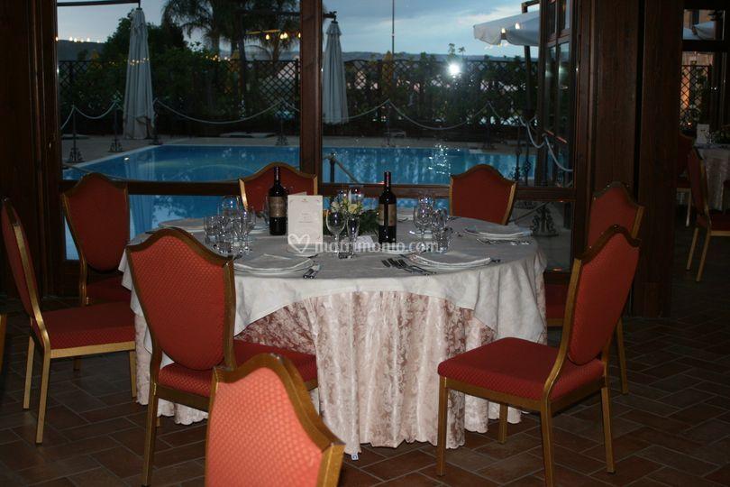 Tavolo con sfondo piscina