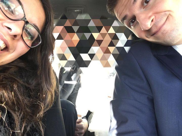 Selfie in auto con gli sposi
