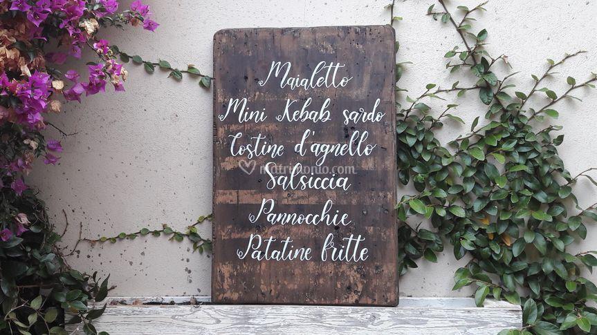 Menù scritto a mano su legno