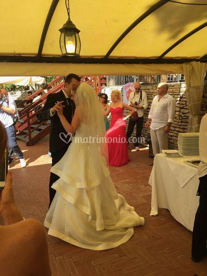 Gli sposi ballano