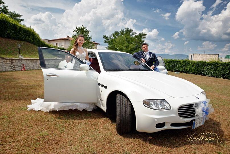 Sposi con automobile