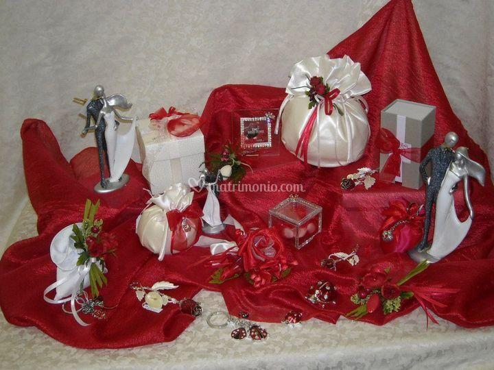 Coccinelle portafortuna, rose rosse, sposi ballerini