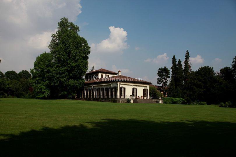 Vista della villa dal parco
