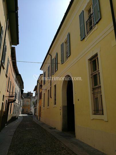 Strada e facciata del Palazzo