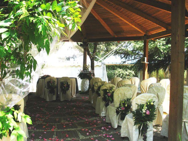 Villa crocioni - matrimonio all'americana con tulle e petali di rosa