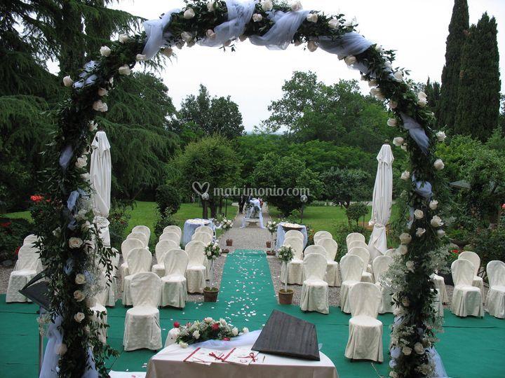 Villa crocioni - matrimonio all'americana con arco di rose