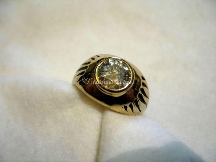 Anello con diamante e incisione smaltata