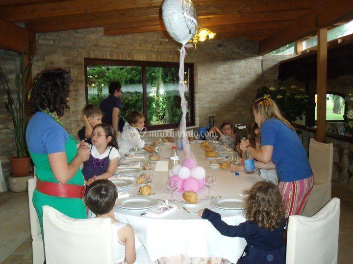 Assistenza bambini durante il pasto