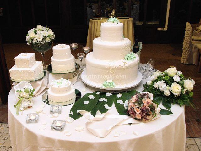 Gateau mariage nei toni bianchi e verde pastello