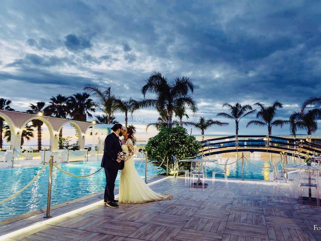 Sposi a brodo piscina