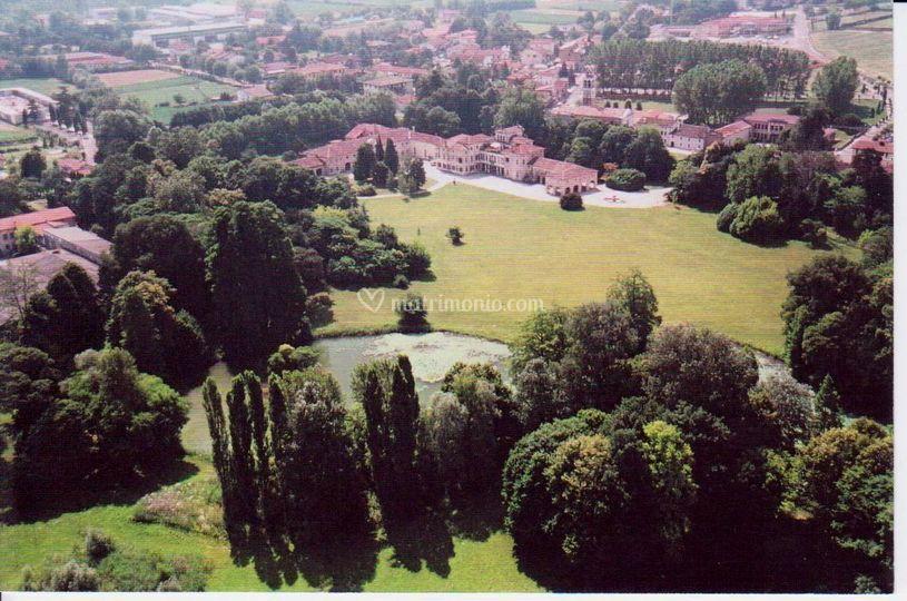Vista aerea del parco e villa
