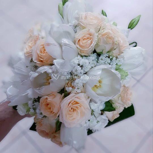 Bouquet tondo tulipani e rose