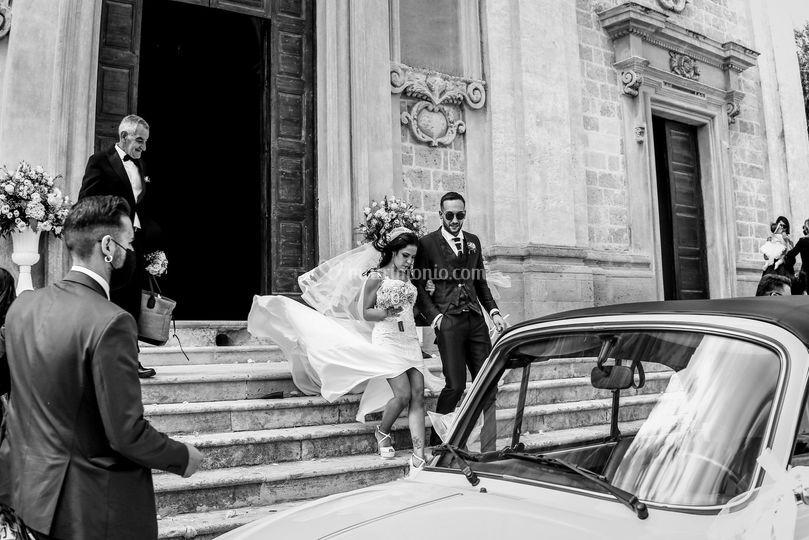 L'uscita degli sposi con vento