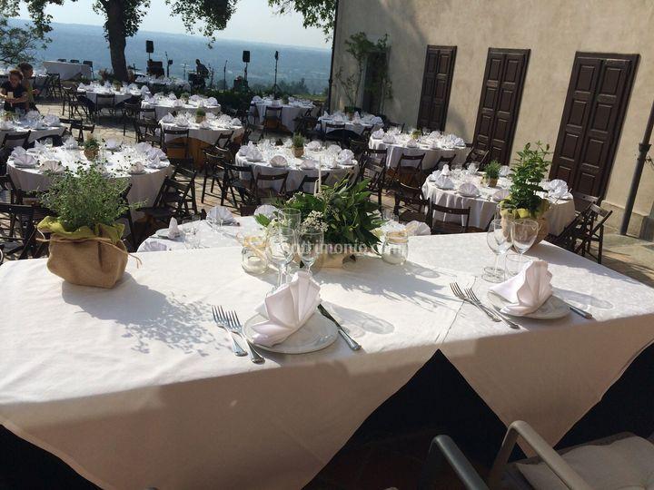 Preparativi tavolo sposi