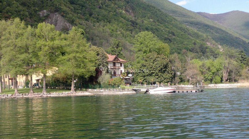Villa vista dal lago