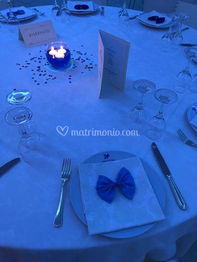 Colore al tavolo con papillon
