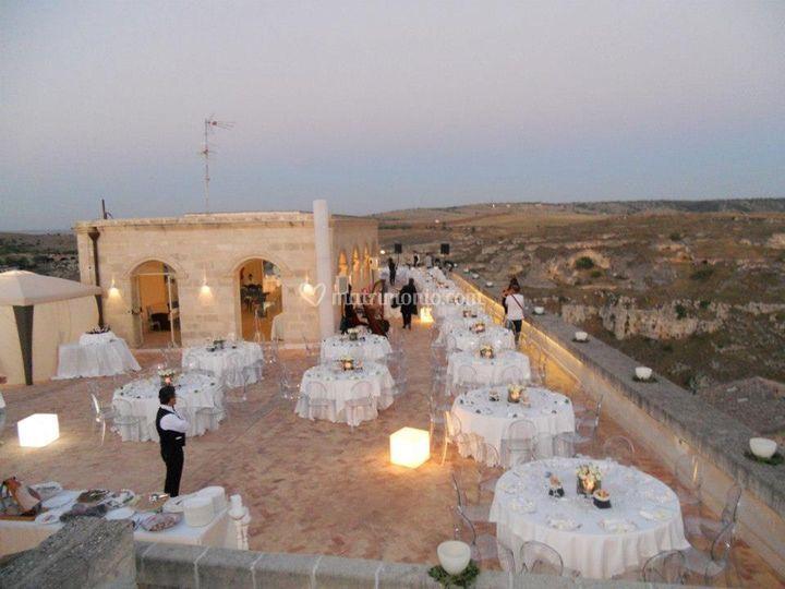 Allestimento cena in terrazza