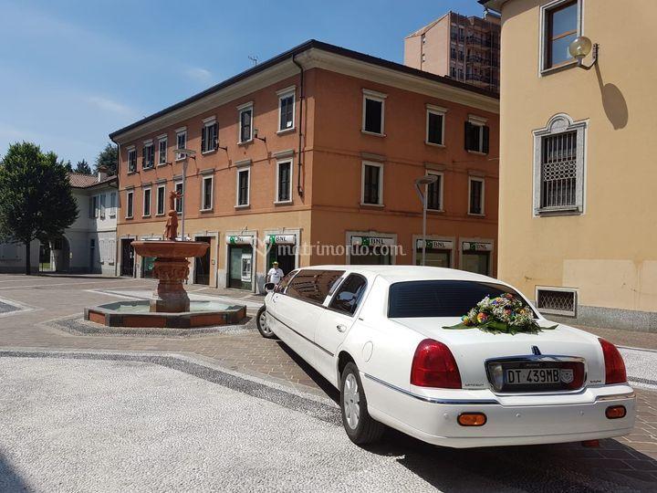 Limousine con fiori dietro