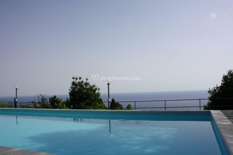 Vista mare dalla piscina