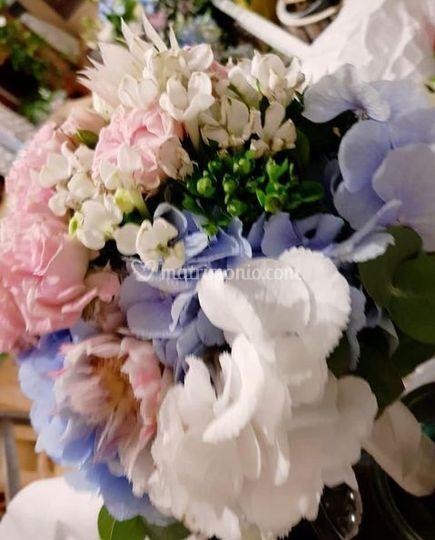 Sposa in bianco rosa e celeste