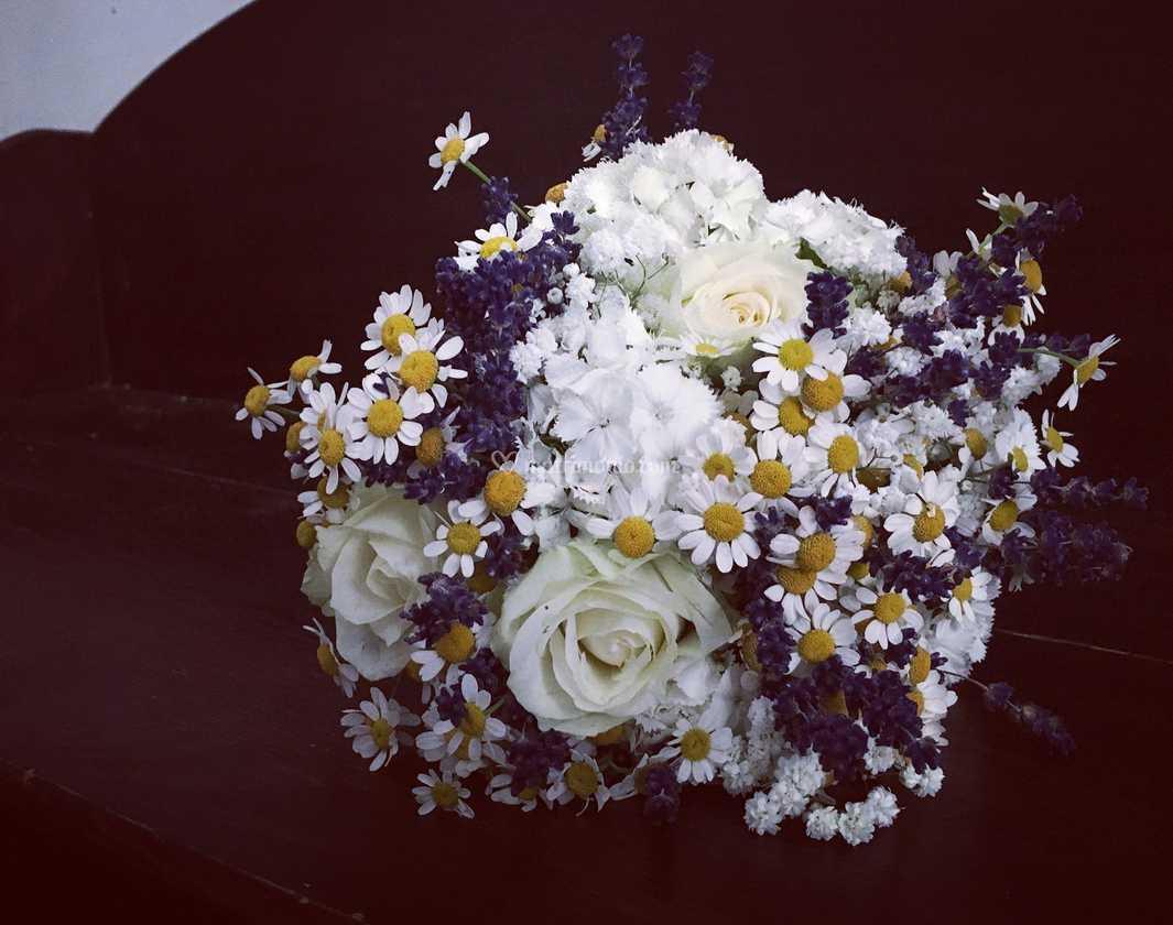Bouquet Sposa Lavanda E Margherite.Bouquet Rose Camomilla Lavanda Di Fiorista In Nome Della Rosa