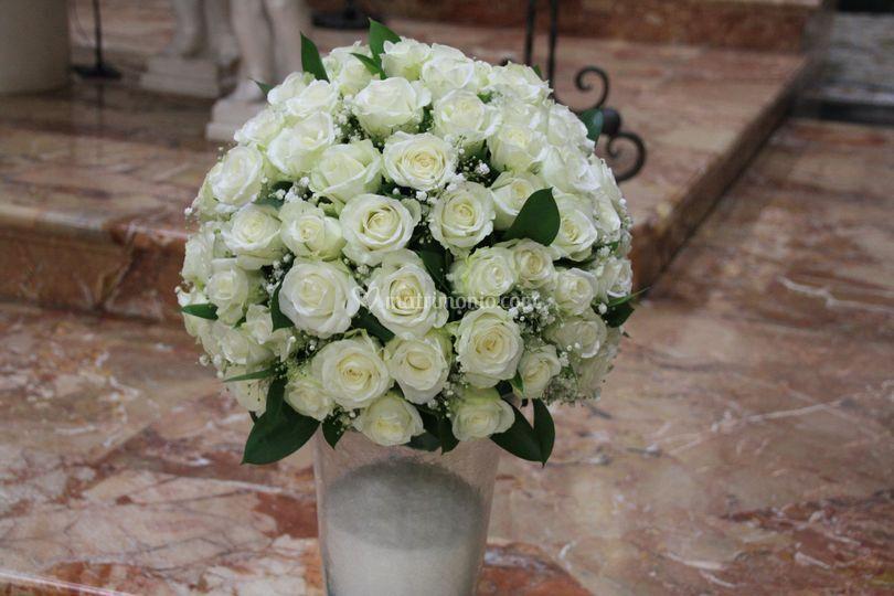 Sfera di tutte rose bianche