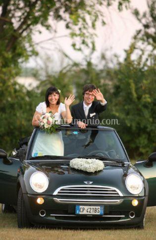 Gli sposi e la loro auto