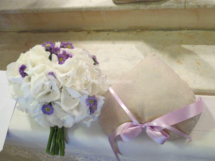 Bouquet con hydrangea bianca