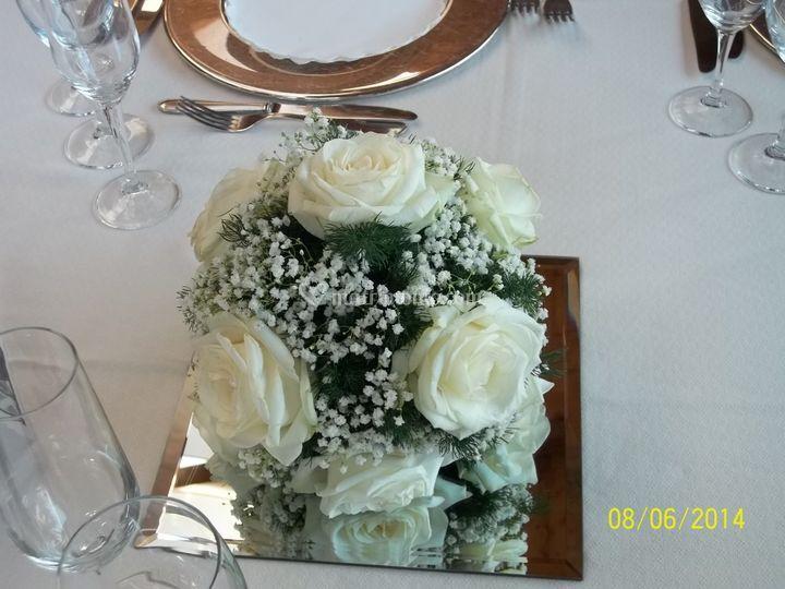 Cubo vetro con rose bianche