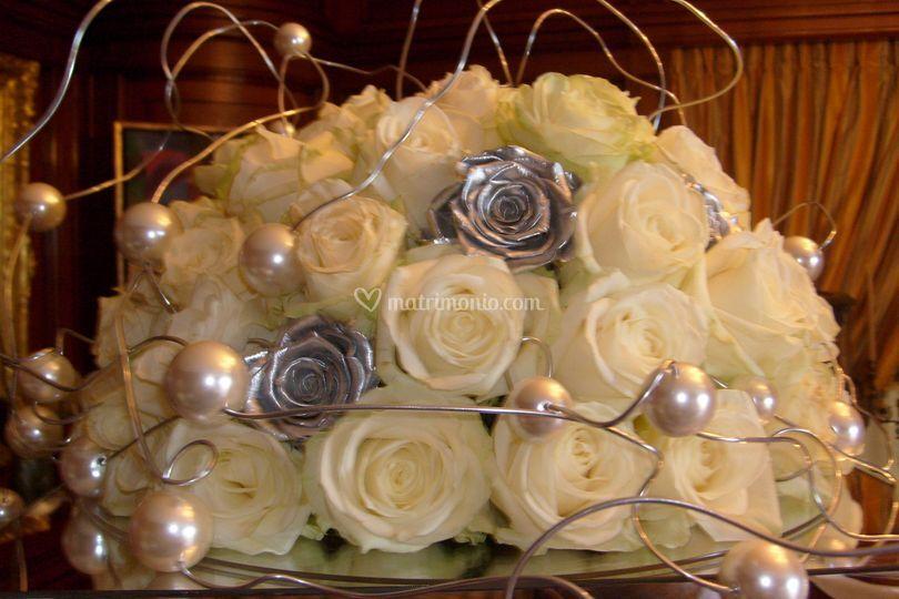 Allestimento tavolo buffet con semisfera di rose bianche-argento e perle