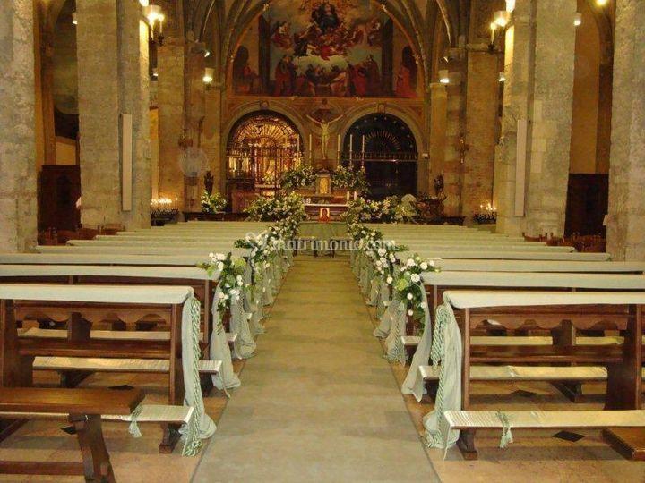 Allestimento chiesa con tessuti verde chiaro