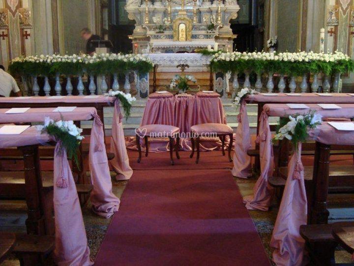 Interno chiesa tessuti rosa e orchidee