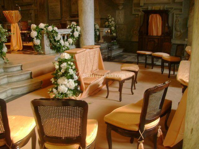 Allestimento chiesa tessuti arancio-ortensie bianche