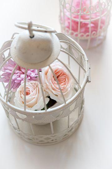 Gabbietta con fiori freschi