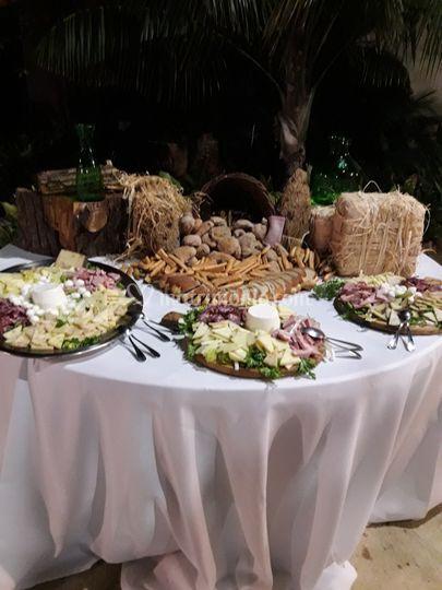 Tavolo dei formaggi e salumi
