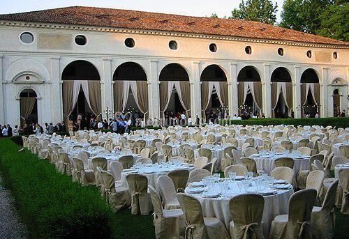 Pranzo per 400 persone in giardino