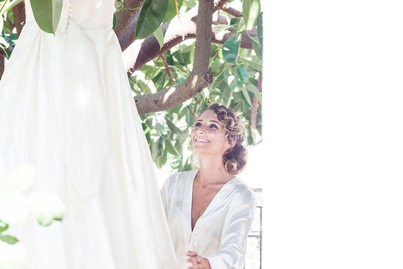 La sposa felice del suo abito