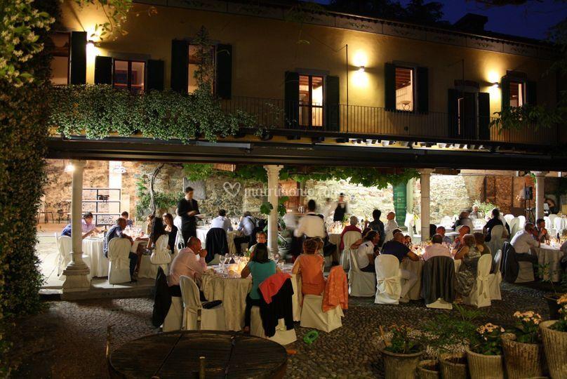 Cortile la sera di Villa Teodolinda | Foto 52