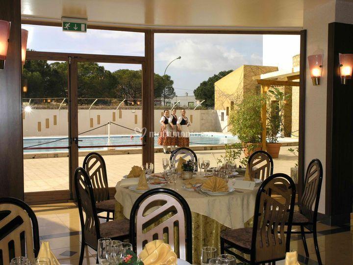 Hotel Tre Torri: sala ristorante vista piscina