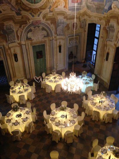 Salone con tavoli luminosi