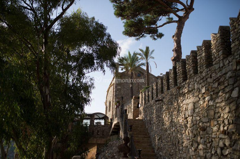 Esterno mura castello chiesa