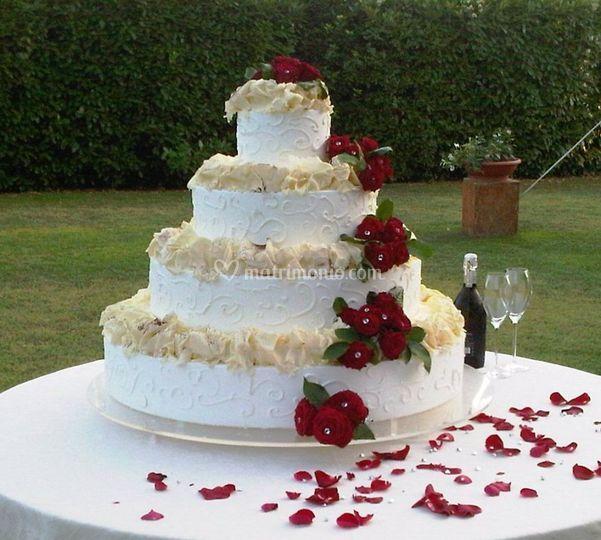 Wedding cake con rose rosse