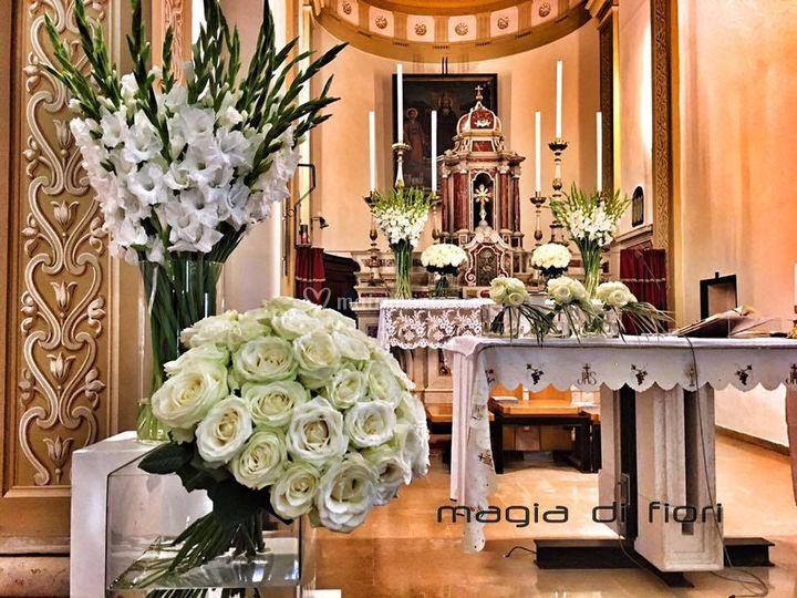 Gladioli e rose bianche