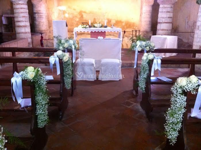 Banchi chiesa con velo da spos