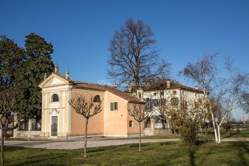 Villa e chiesetta