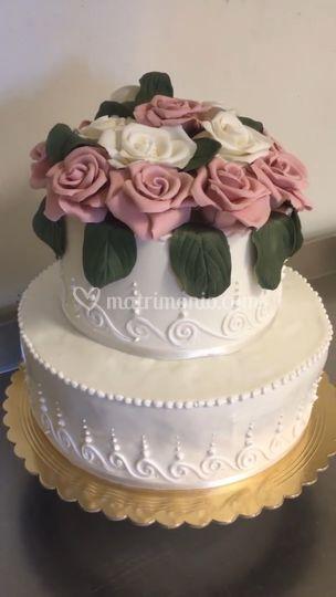 Torta con rose fatte a mano